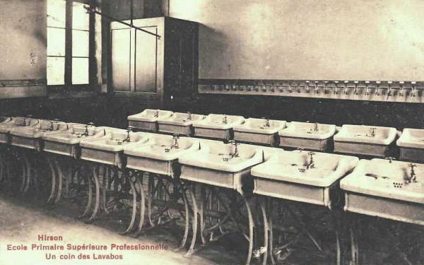 Hirson (Aisne) CPA l'école, les lavabos