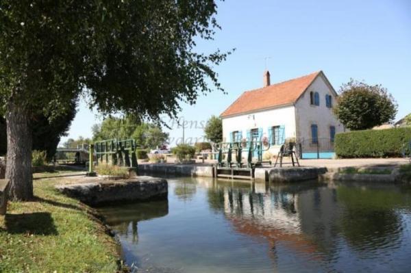 Isenay (Nièvre) L'écluse dite du Moulin d'Isenay