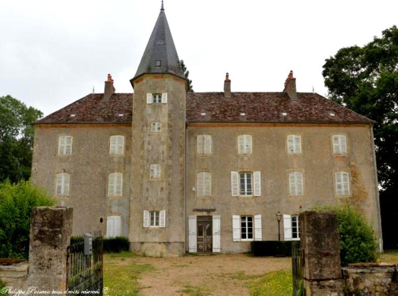 Isenay (Nièvre) Le château des Jalluerds