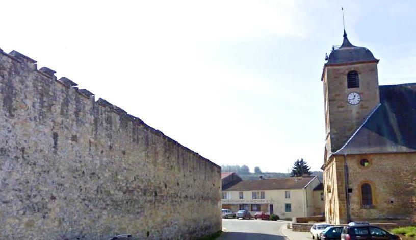 Juvigny-sur-Loison (Meuse) L'église et la muraille