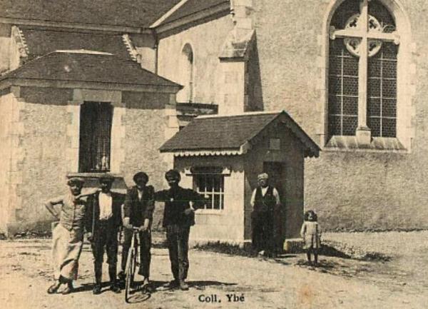 Le Perrier (Vendée) La Bascule devant l'église CPA