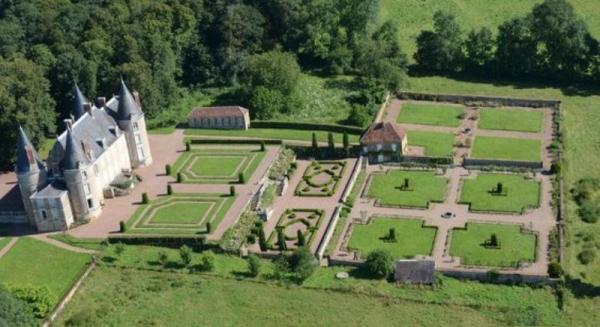 Limanton (Nièvre) Le château, les jardins vue aérienne