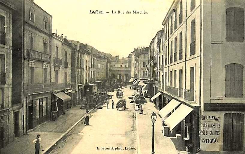 Lodève (Hérault) La rue des marchés CPA