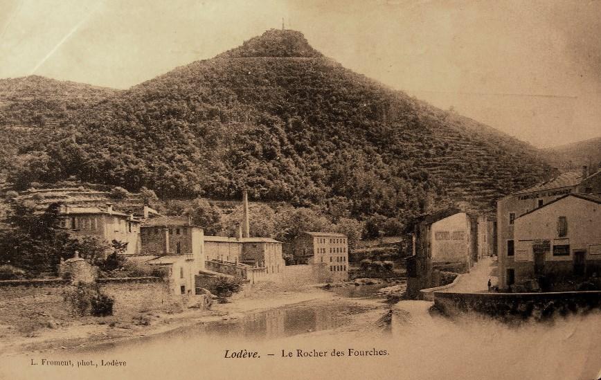 Lodève (Hérault) Le rocher des Fourches en 1905 CPA