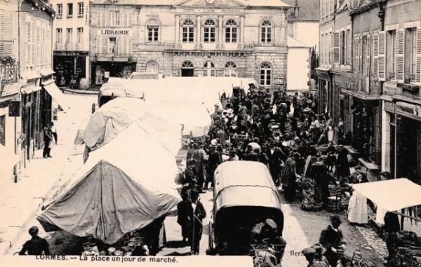 Lormes (Nièvre) Le marché de l'Hôtel de Ville CPA