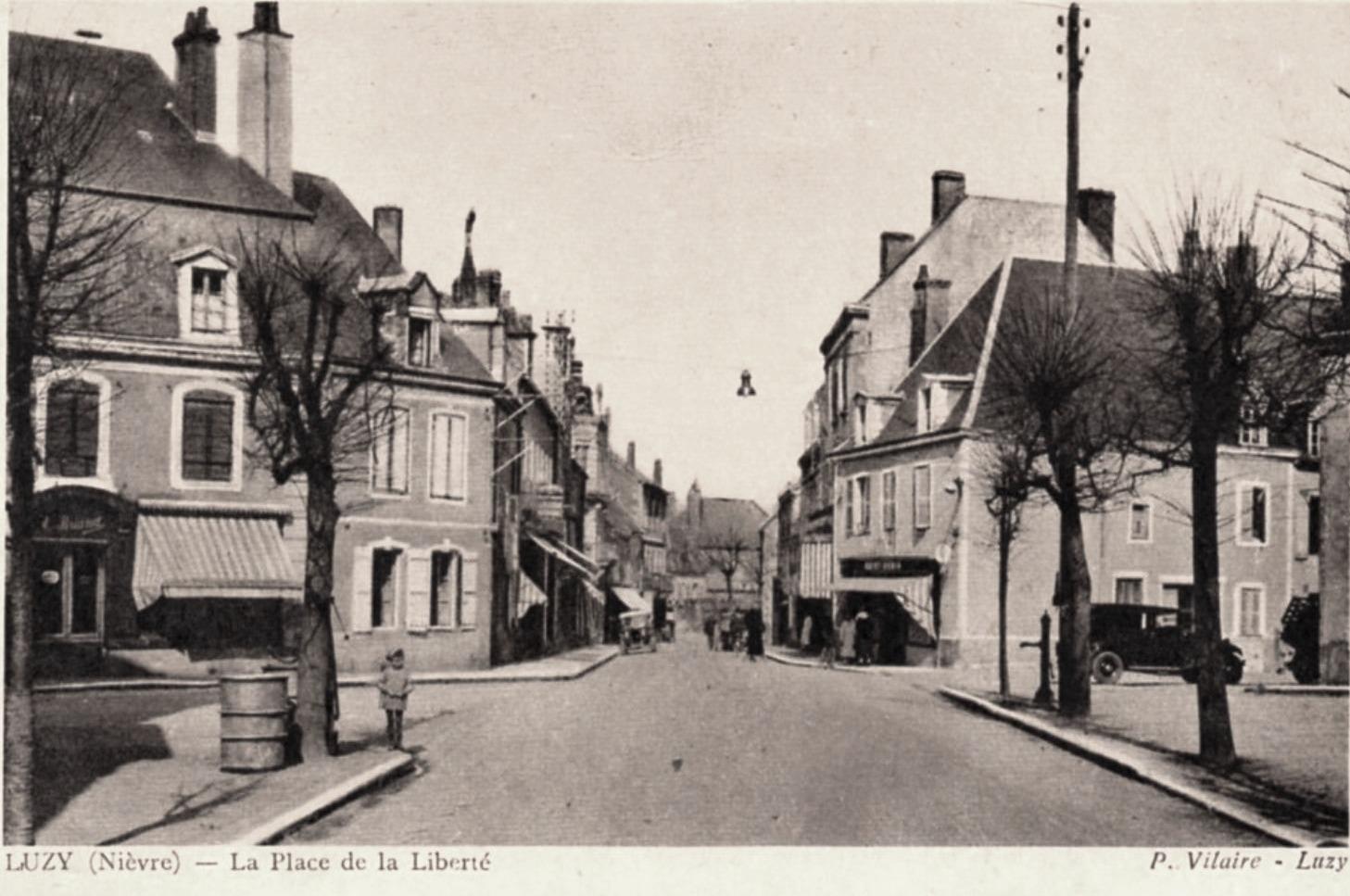 Luzy (Nièvre) La Place de la Liberté CPA