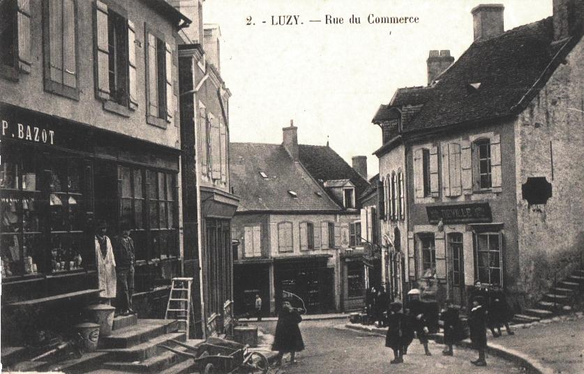 Luzy (Nièvre) La rue du commerce CPA