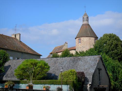 Luzy (Nièvre) la tour du château des Barons