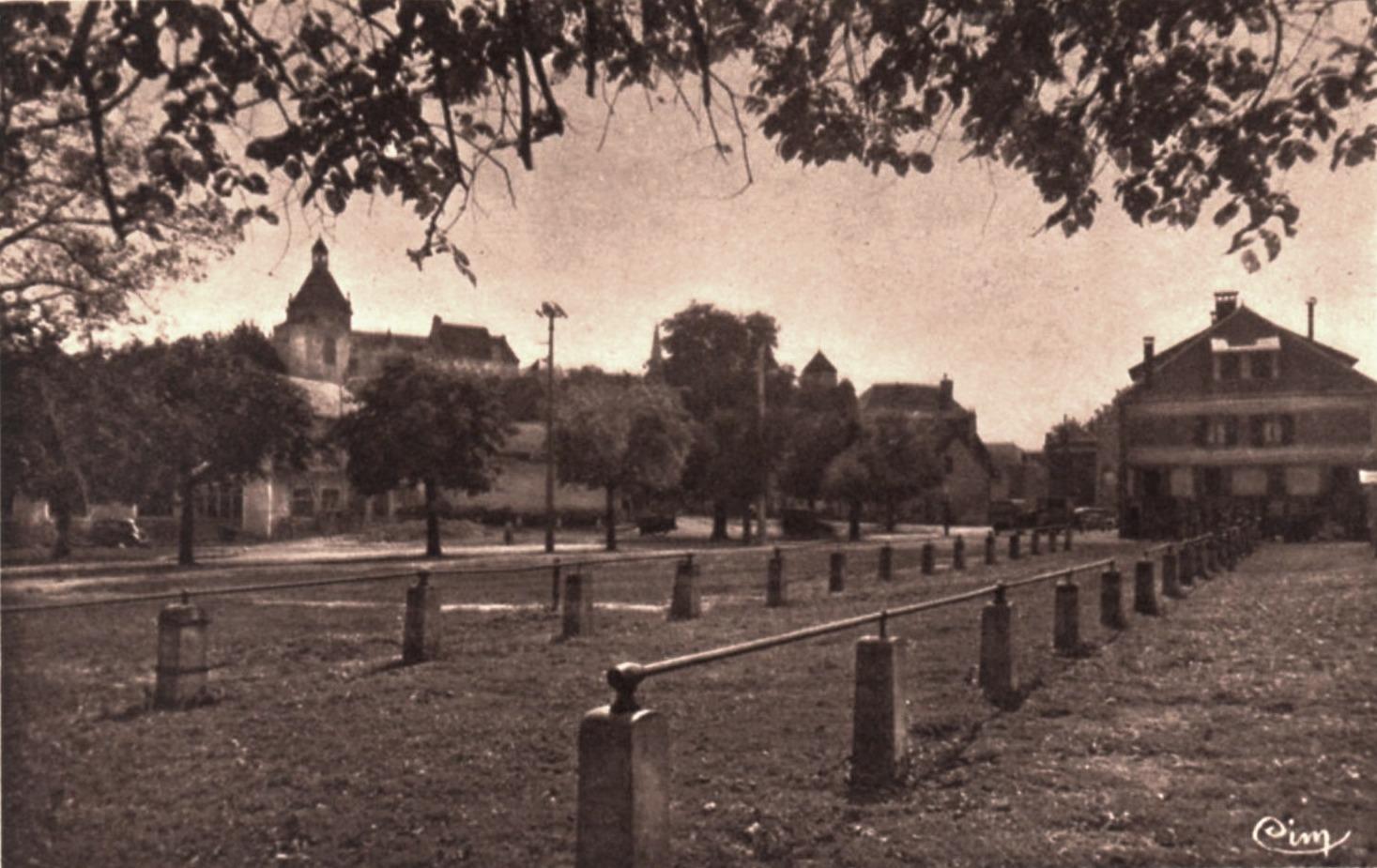 Luzy (Nièvre) Le vieux château et le champ de foire CPA