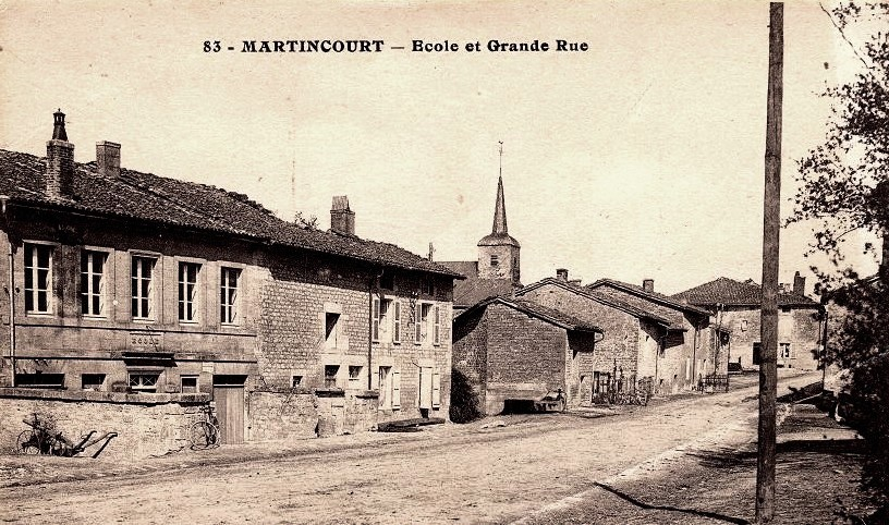 Martincourt-sur-Meuse (Meuse) La Grande rue et l'école CPA