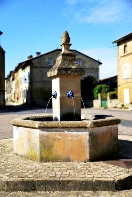 Marville (Meuse) La fontaine de la place Saint-Benoit
