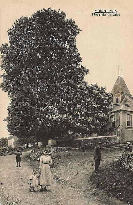 Montlevon (Aisne) CPA La Place du Calvaire