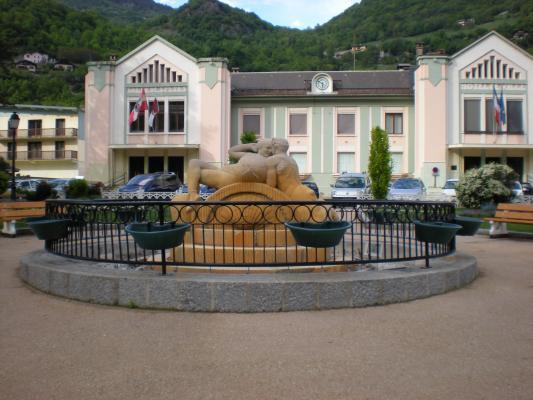 Moûtiers (Savoie) L'Hôtel de Ville et la fontaine de Vénus