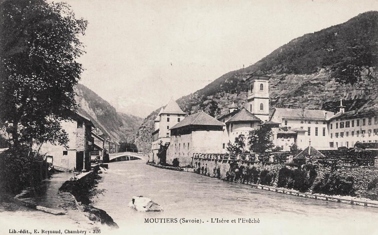 Moûtiers (Savoie) L'Isère et le Palais des évêques CPA