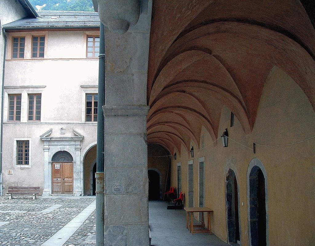Moûtiers (Savoie) Le Palais des évêques, la cour
