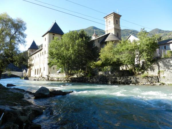 Moûtiers (Savoie) L'Isère et le Palais des évêques