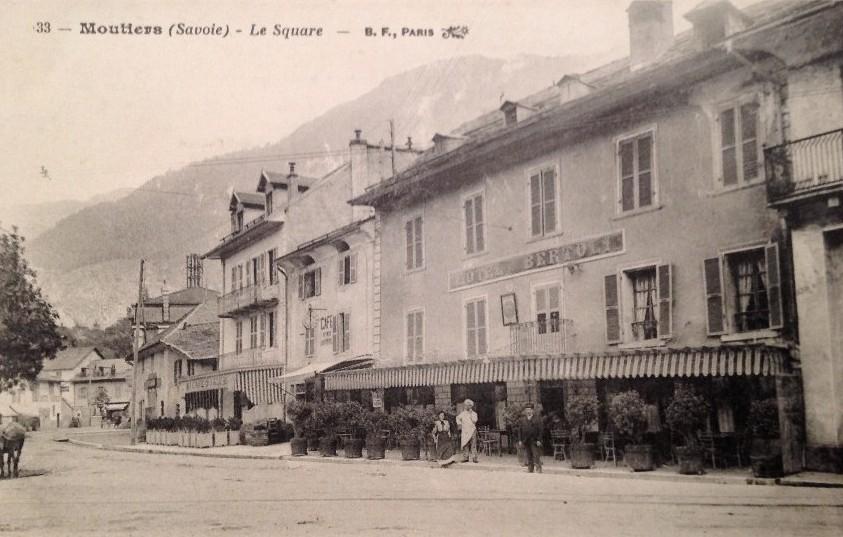 Moûtiers (Savoie) Le square et l'hôtel Bertoli CPA
