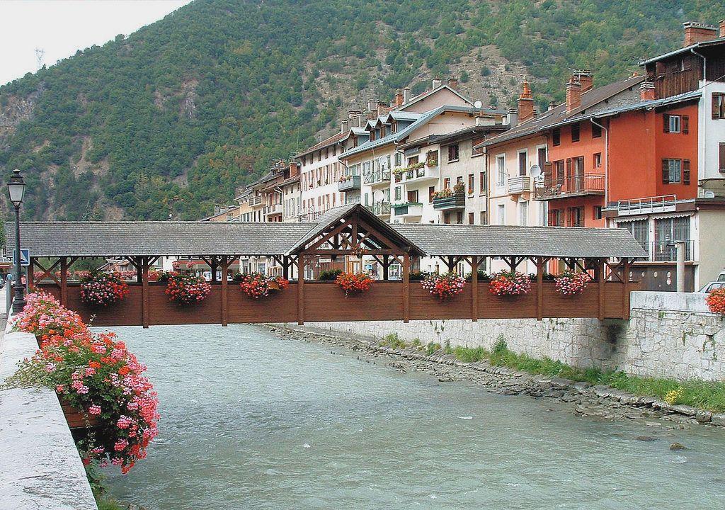 Moûtiers (Savoie) Une passerelle sur l'Isère