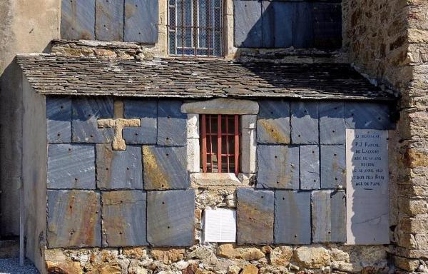 Murat-sur-Vèbre (Tarn) Chapelle funéraire de P.J. Rascol