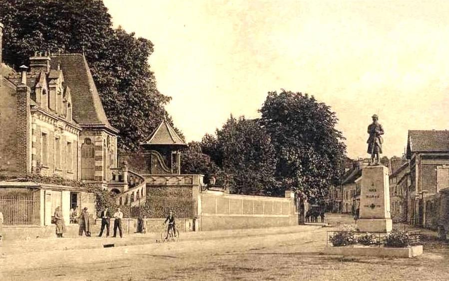 Nogent l'Artaud (Aisne) CPA Place du souvenir