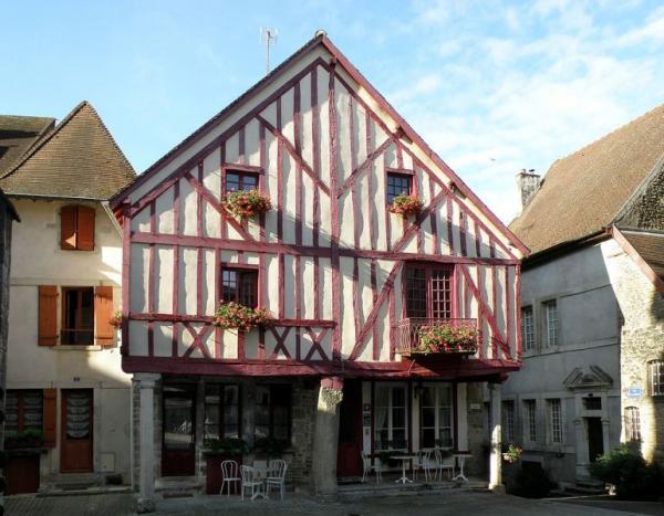 Nolay (Côte d'Or) La place Monge