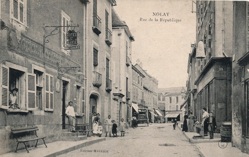 Nolay (Côte d'Or) La rue de la République en 1905 CPA