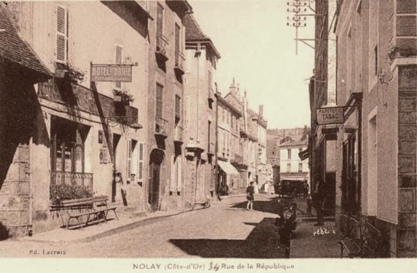 Nolay (Côte d'Or) La rue de la République CPA