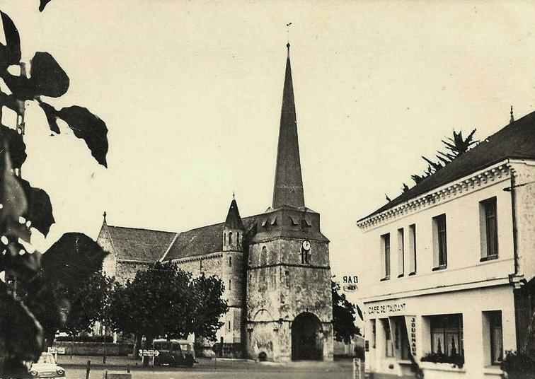 Notre-Dame-de-Monts (Vendée) L'église et la place CPA