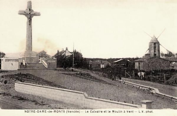 Notre-Dame-de-Monts (Vendée) Le calvaire et le moulin à vent CPA
