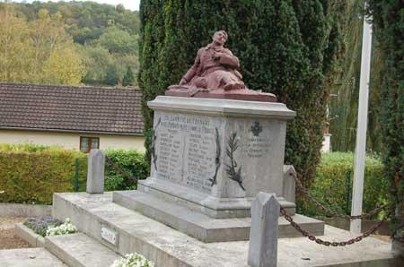 Pernant (Aisne) Le monument aux morts