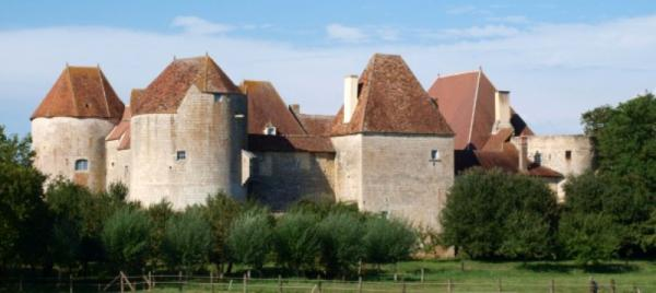 Perroy (Nièvre) Le château de La Motte-Josserand