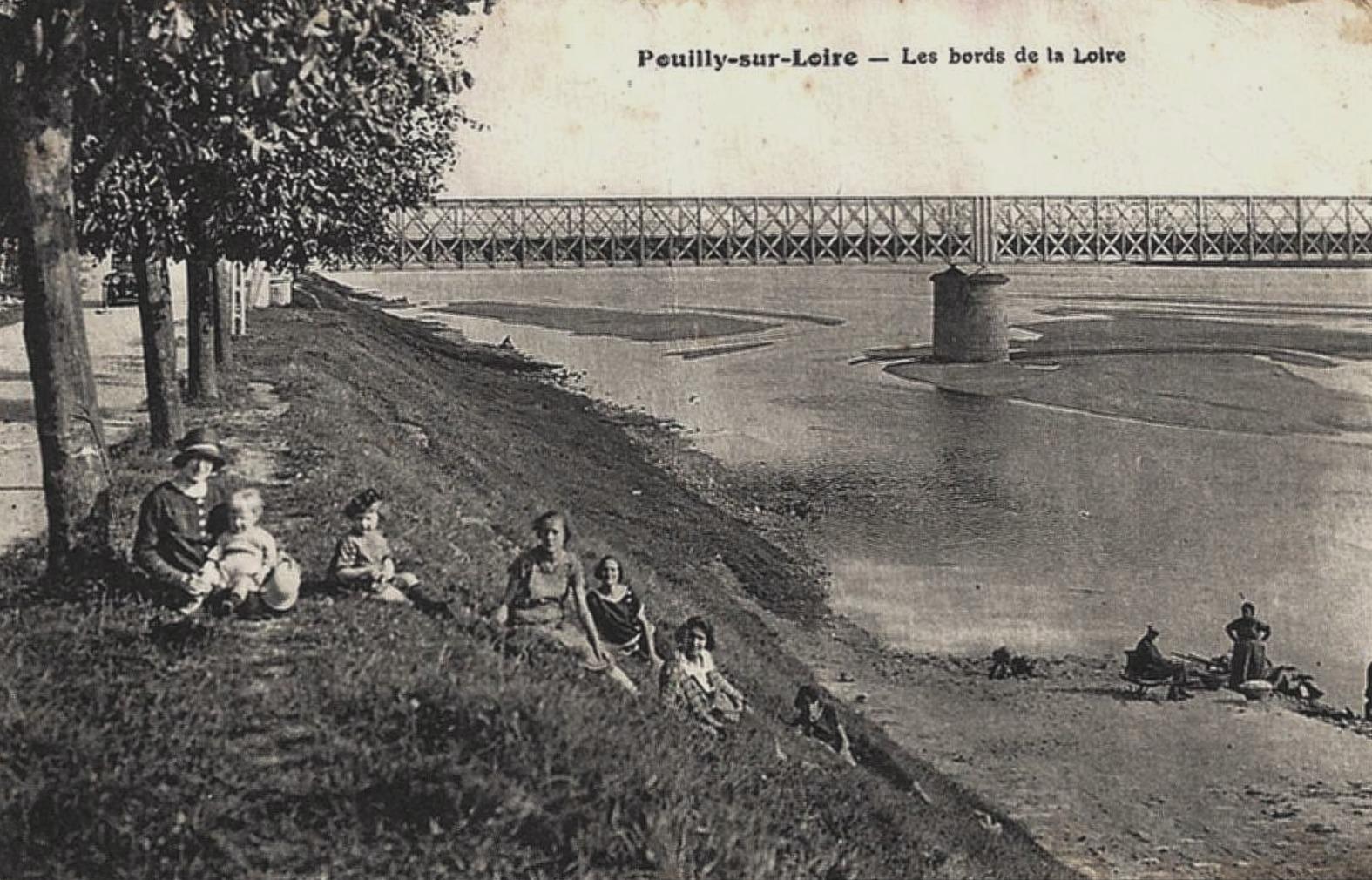 Pouilly-sur-Loire (Nièvre) La Loire CPA