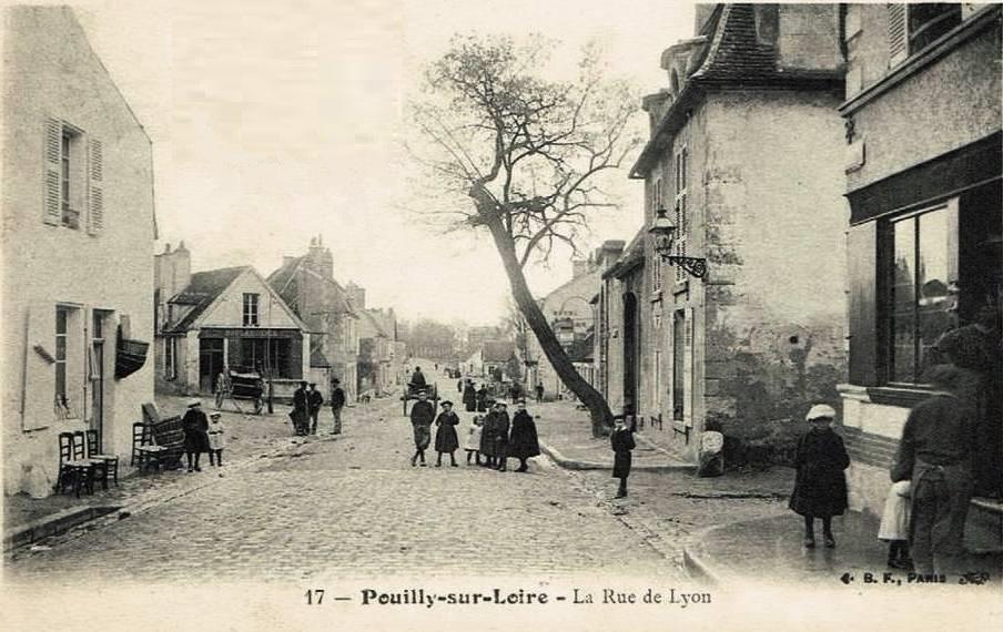 Pouilly-sur-Loire (Nièvre) La rue de Lyon CPA