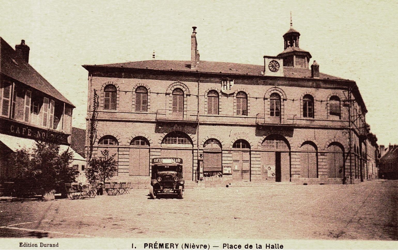 Prémery (Nièvre) La place de la Halle CPA