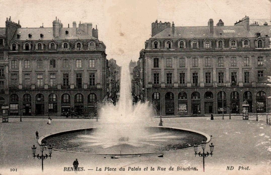 Rennes (Ille-et-Vilaine) La Place du Palais et la rue de Bourbon CPA