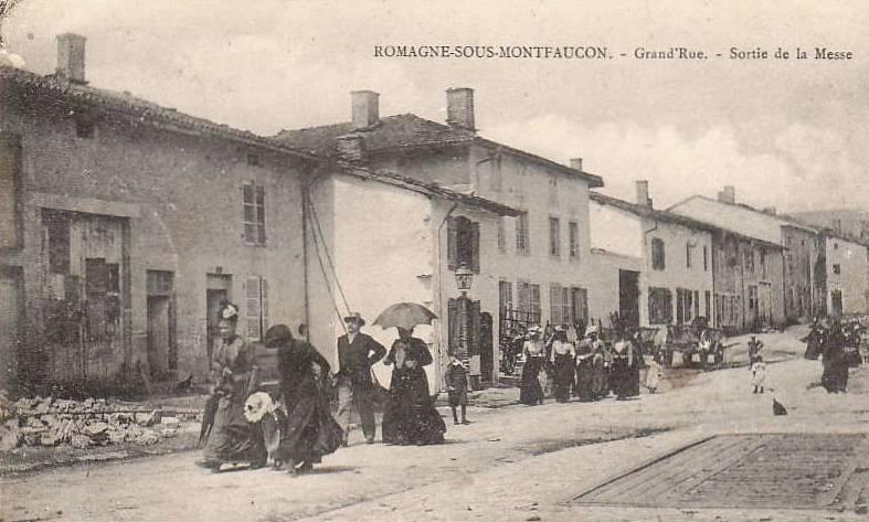 Romagne-sous-Montfaucon (Meuse)  La rue principale, sortie messe CPA