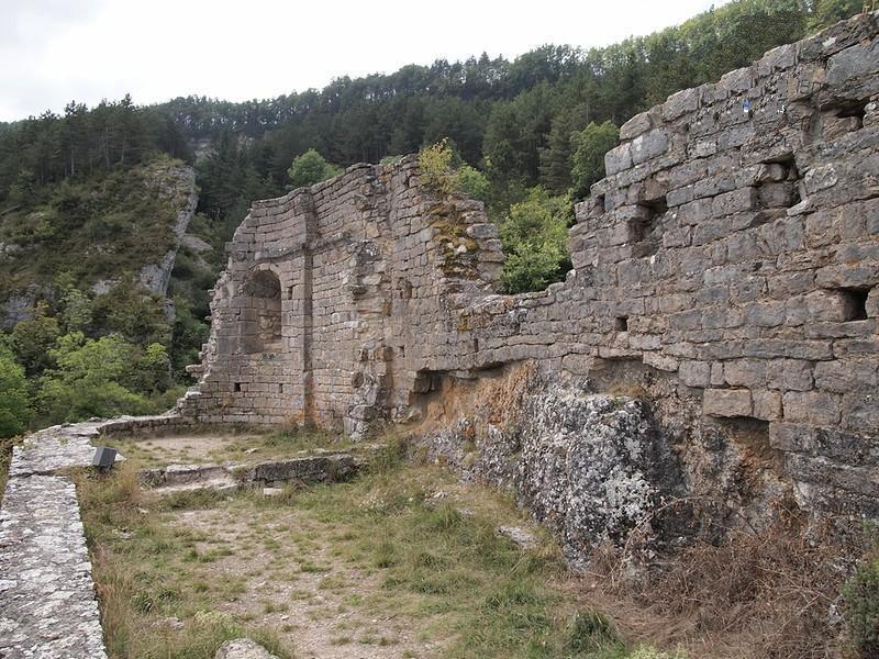 Roquefort-sur-Soulzon (Aveyron) Les ruines de l'église Saint-Pierre