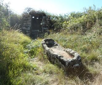 Saint-Affrique (Aveyron) Crassous, une citerne et un sarcophage