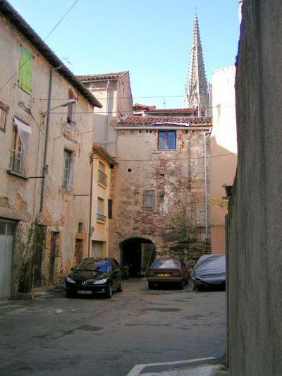 Saint-Affrique (Aveyron) la place des casernes, porche