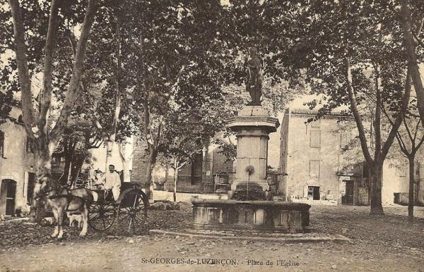 Saint-Georges-de-Luzençon (Aveyron) La place de l'église