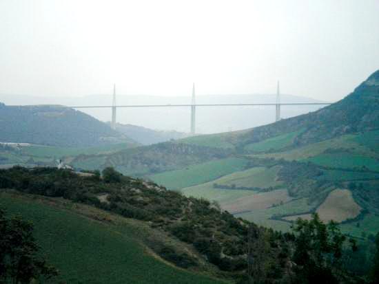 Saint-Georges-de-Luzençon (Aveyron) Vue sur le viaduc de Millau