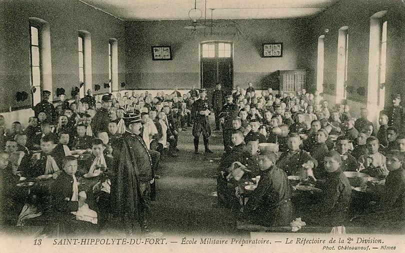 Saint-Hippolyte-du-Fort (Gard) CPA L'école militaire, réfectoire