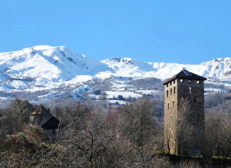 Saint-Jean-de-Maurienne (Savoie) La Fournache, hameau et tour
