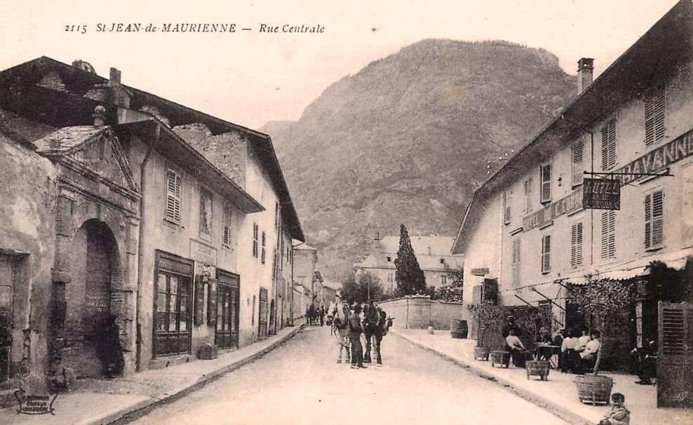 Saint-Jean-de-Maurienne (Savoie) La rue Centrale CPA