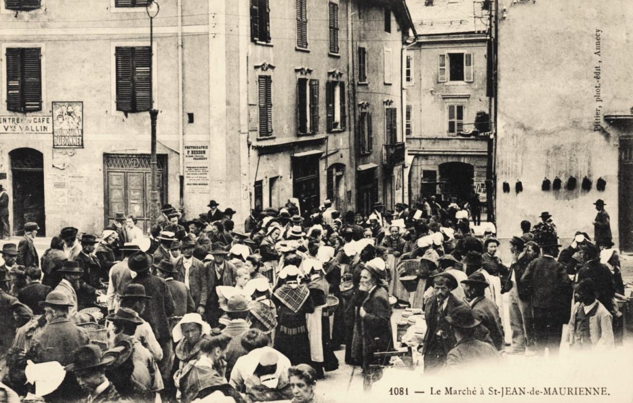 Saint-Jean-de-Maurienne (Savoie) Le marché CPA