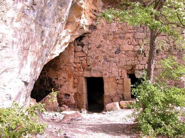 Saint-Jean-et-Saint-Paul (Aveyron) La Cabane, entrée de la grotte