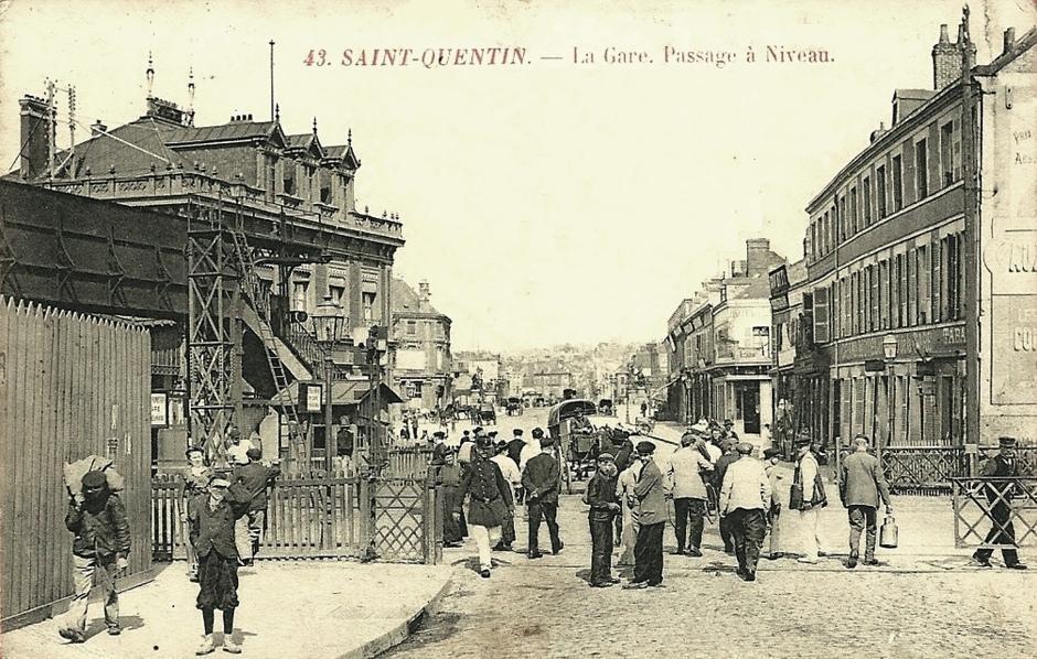 Saint-Quentin (Aisne) CPA le passage à niveau