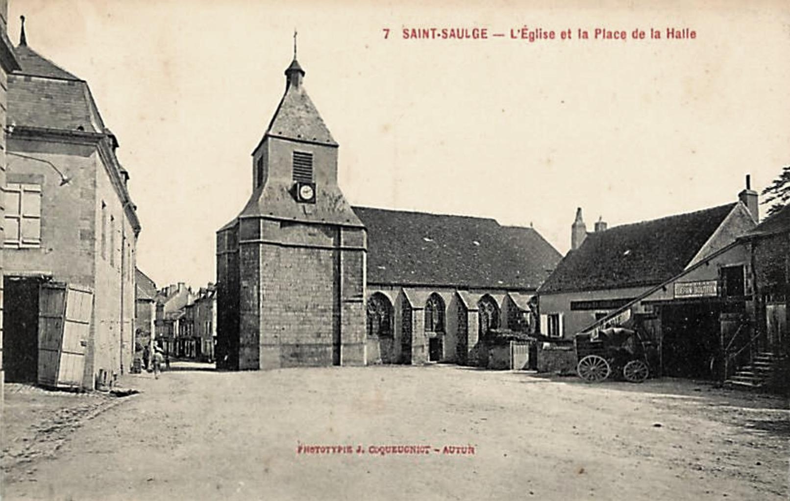 Saint-Saulge (Nièvre) La place de la Halle CPA