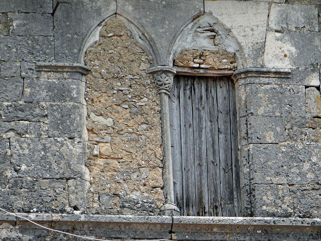 Sainte-Eulalie-de-Cernon (Aveyron) La Commanderie, fenêtre géminée
