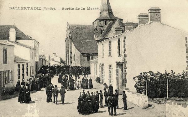 Sallertaine (Vendée) L'église Saint Martin, sortie de la messe CPA